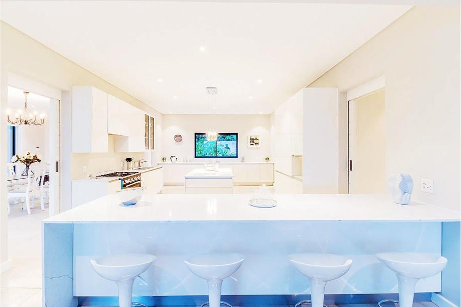 La cuisine, spacieuse et moderne