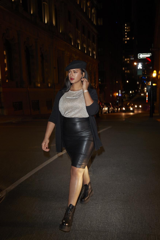 T-shirt scintillant porté avec une jupe crayon noire en simili cuir à taille haute, Reitmans, 34,90$ et 54,90$