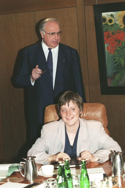 Avec son mentor Helmut Kohl, en 1991, alors qu'elle est ministre de la Jeunesse et de la Condition féminine