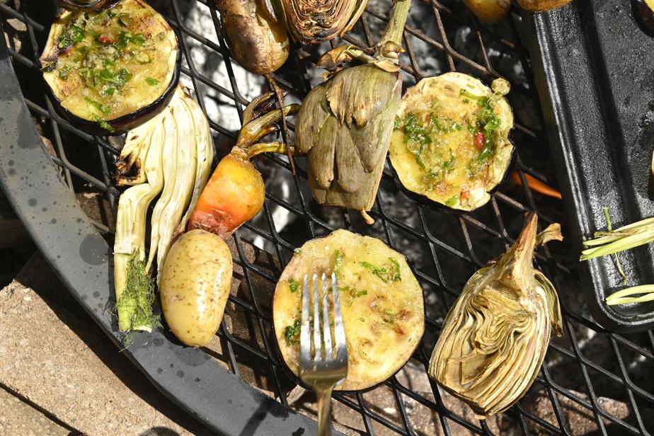 Manon Lapierre aime bien ajouter une marinade maison en fin de cuisson sur ses légumes, particulièrement les aubergines.