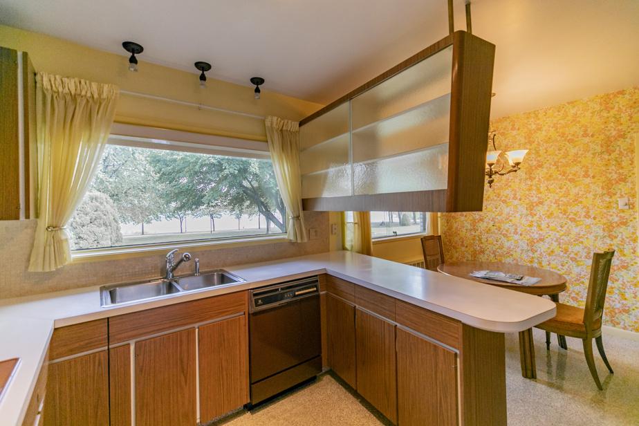 Inchangée depuis la construction de la maison en 1962, la cuisine offre à elle seule un voyage dans le temps.