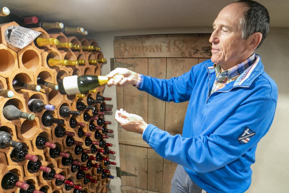 Une porte ancienne remontant aux origines de la maison donne accès à la cave à vin. On peut lire clairement l'inscription «Doonan1875». Charles Désourdy y conserve entre autres unebouteille datant du mariage de sa fille, Myriam.