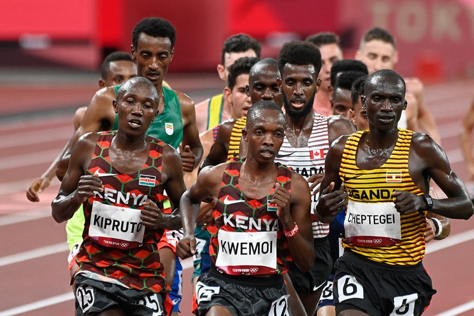 Le Canadien MohammedAhmed semble coincé dans la circulation lors du 10000m masculin. Il a terminé l'épreuve au sixième rang.