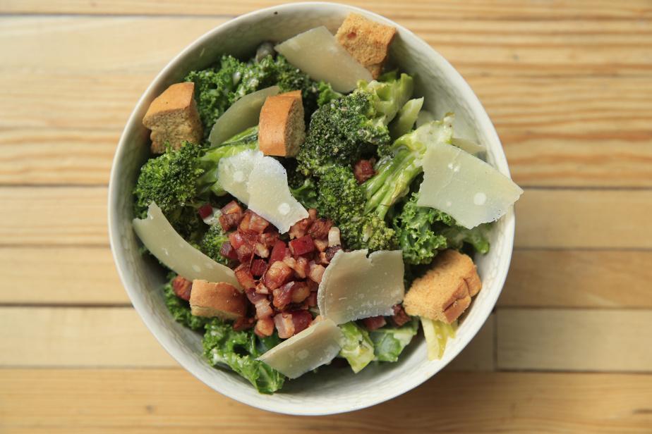Une variation autour de la salade César, avec chou frisé (kale) et brocoli, est aussi au menu.