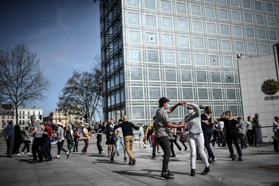 Le 28mars dernier, des Parisiens profitaient du beau temps pour danser sur l'esplanade de l'Institut du monde arabe.