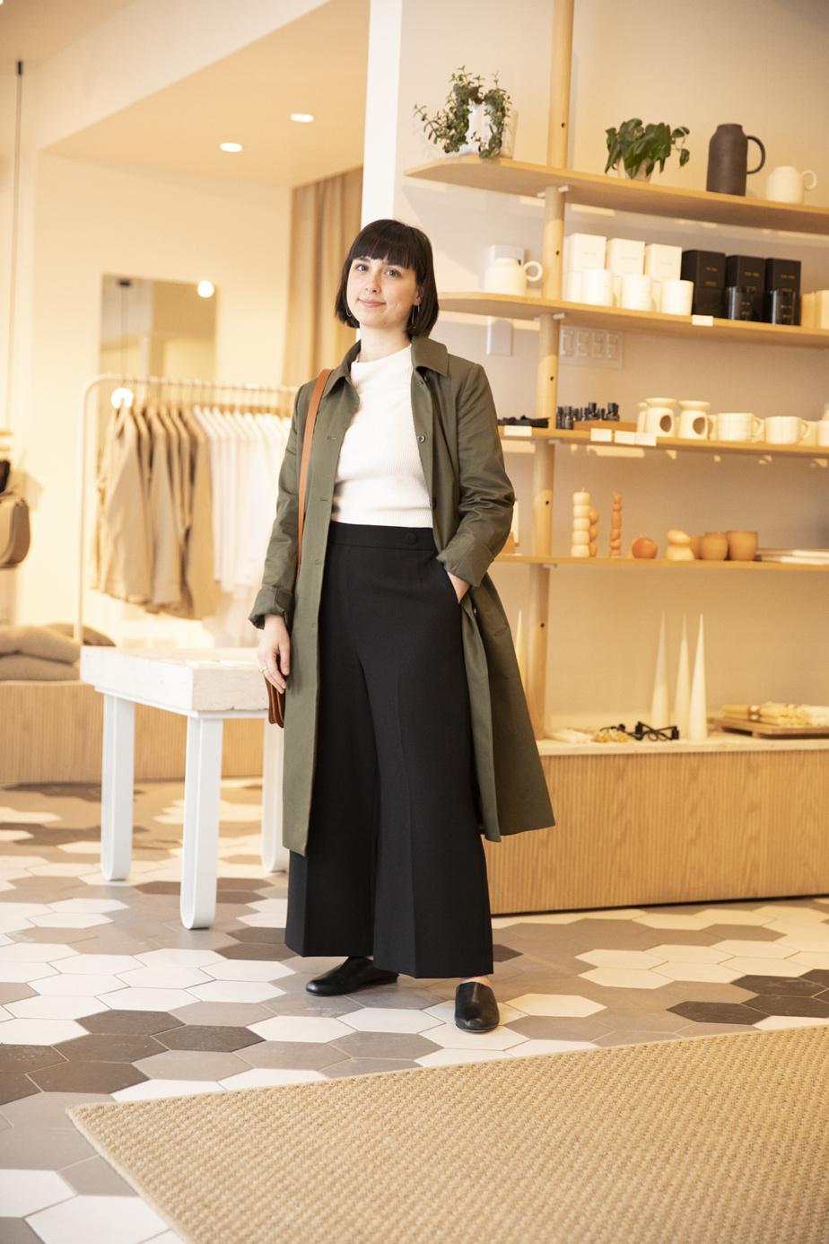 Marie-Anne Miljours, de Miljours Studio, pose vêtue d'une veste et d'un pantalon au style très épuré.