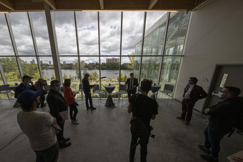 Les grandes aires communes vitrées inondent l'édifice de lumière, notamment du côté est, offrant la vue sur le fleuve et sur l'île des Sœurs.