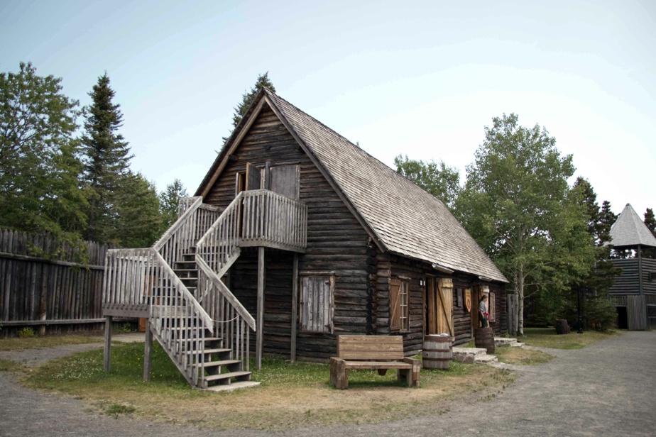 Le Vieux-Poste a été reconstitué dans les années1960. «Le site a été oublié ou presque jusqu'aux années1950, quand la Ville de Sept-Îles a découvert des sépultures, des objets anciens et des fondations de pierre en creusant pour y aménager un dépotoir», explique le guide-interprète JulienHuard. Les archives de la Compagnie de la Baie d'Hudson ont permis de voir à quoi ressemblait le poste. Toutefois, la chapelle, les tourelles et la palissade du site n'auraient jamais existé…
