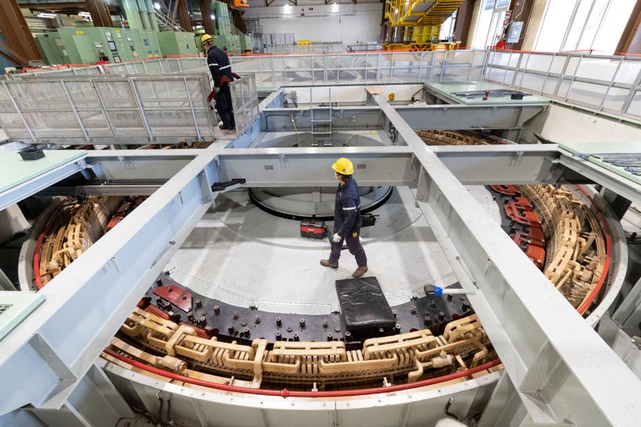C'est ici que l'électricité est produite par le mouvement de la turbine qui alimente l'alternateur. Le stator est la partie fixe de l'alternateur dans laquelle tourne le rotor du groupe turbine-alternateur. Lors de travaux de conformité, des problèmes de décharges partielles sur les stators ont été découverts.
