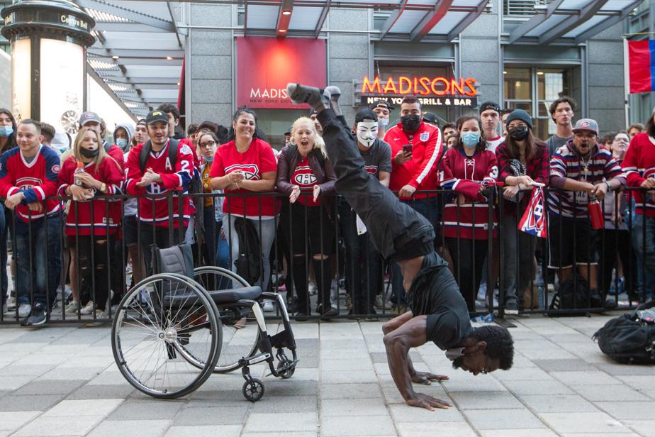 L'athlète en fauteuil roulant Woody Belfort s'était déplacé afin de divertir la foule en attendant le début des hostilités.