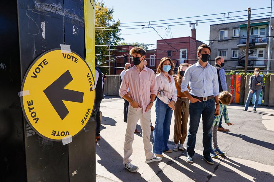 Le chef libéral Justin Trudeau arrive dans un bureau de scrutin de sa circonscription de Papineau, à Montréal, pour y déposer son vote avec sa famille.