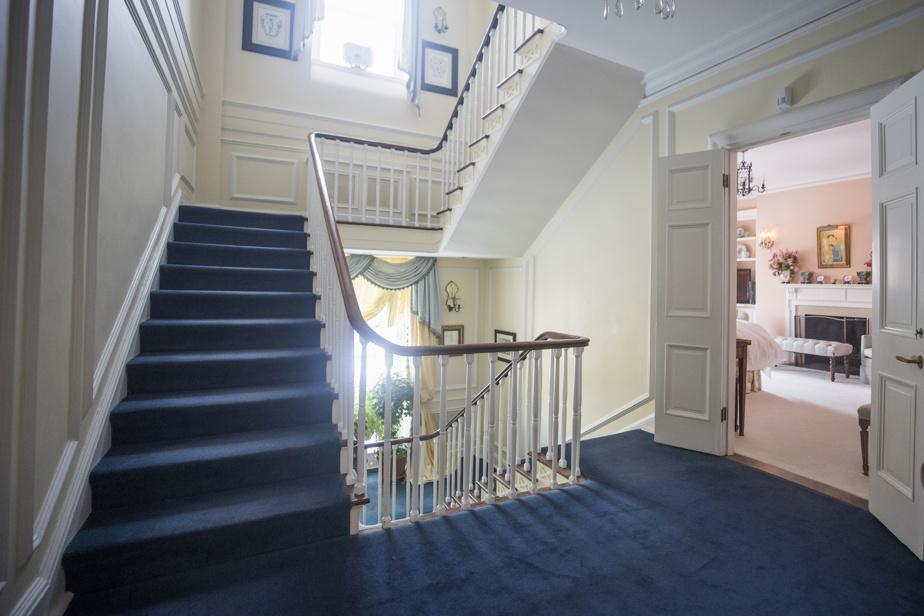 Il y a quatre escaliers, plus celui menant au sous-sol. Ce hall est celui du premier étage. On y trouve le salon, la chambre principale, les trois pièces-penderies et deux salles de bains.