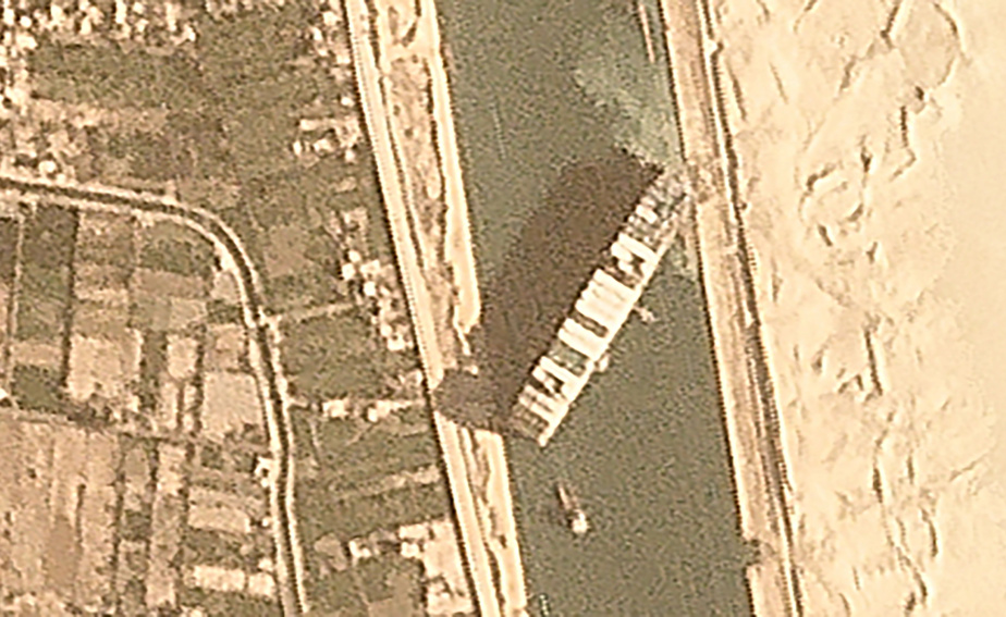 Le canal de Suez bloqué, le transport maritime mondial ralenti