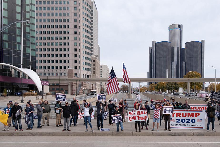 Dans la journée, des militants pro-Trump ont fait sentir leur présence à l'extérieur du centre des congrès de Detroit, transformé en salle de dépouillement électoral jusqu'au petit matin jeudi.
