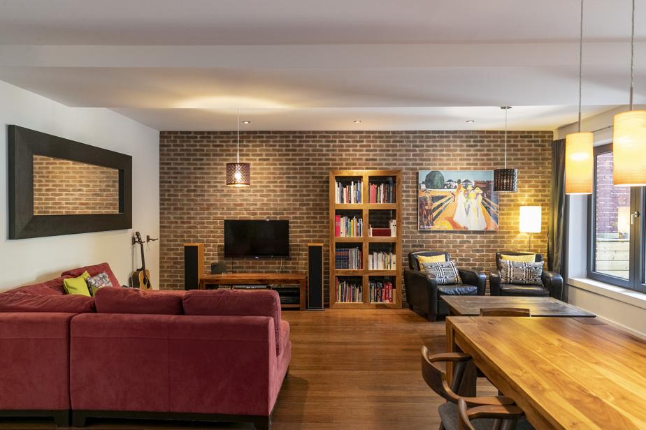Dans le salon, un mur accent composé de demi-briques collées sur le contreplaqué donne cachet et chaleur à l'espace.