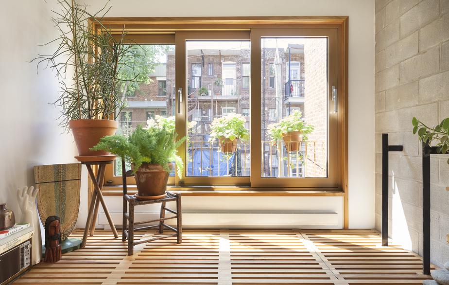 Le nouveau bureau percé d'une grande fenêtre profite d'une lumière optimale.