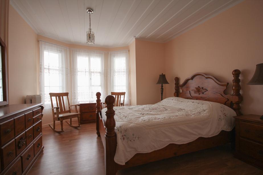Seule chambre située au rez-de-chaussée, la chambre Alphonse et Dorimène a été nommée en l'honneur du fondateur des Caisses Desjardins, un des principaux partenaires du projet.