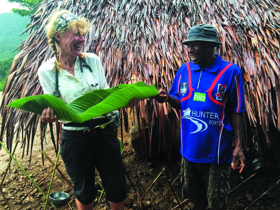 De l'eau de pluie récoltée dans une feuille de bananier, en Papouasie–Nouvelle-Guinée, en 2017