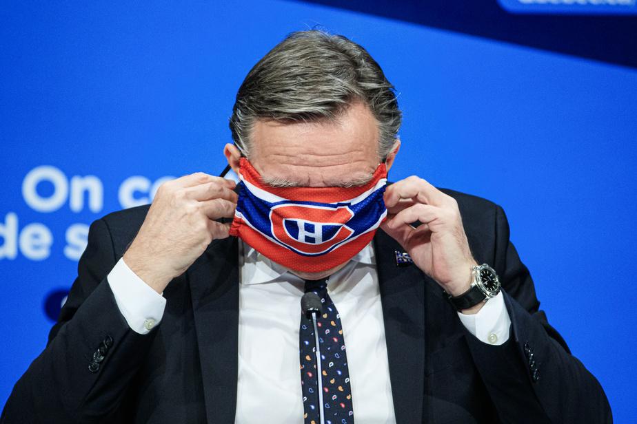 Le premier ministre François Legault a présenté à plusieurs reprises les masques qu'il porte lors des conférences de presse. Cela va même dans le champ sportif.