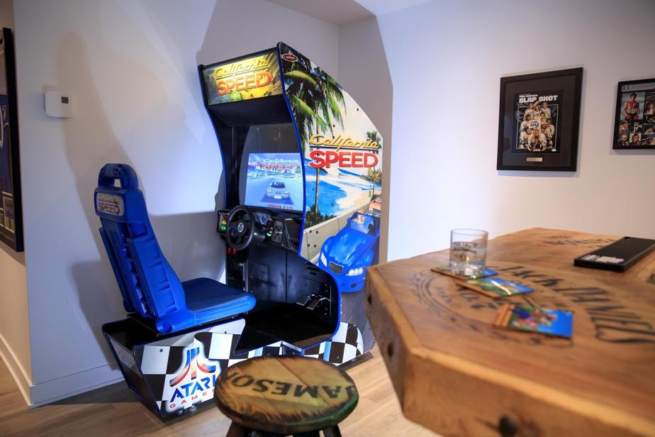 California Speed, un jeu des années?1990, a trouvé naturellement sa place dans un recoin du sous-sol, à deux pas du comptoir.