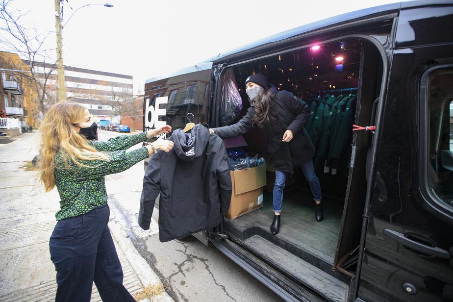 Le studio de jeux vidéo Behaviour a acheté et va redistribuer 700manteaux Kanuk en décembre, un manteau à distribuer par employé. Catherine Gauthier donne un manteau à l'employée Frédérique DuSault.