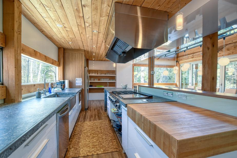 Une cuisine belle et fonctionnelle, avec tout ce qu'il faut pour cuisiner, dont une cuisinière au gaz.