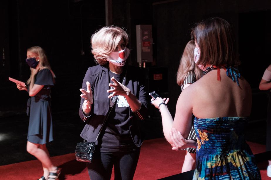 L'actrice et réalisatrice Sophie Lorain, qui est une habituée, elle aussi, des tapis rouges, cherchait son X – comme tout le monde! «Dans certains festivals de films, ça fonctionne un peu comme ça, nous dit-elle, mais c'est encore beau qu'on puisse en faire un. Il n'y a pas si longtemps, on ne pouvait pas… Donc, on fait avec. C'est sûr qu'avec toutes ces règles, le côté festif de l'affaire vient de prendre le bord, mais la planète au complet vient de prendre le bord, donc c'est quand même triste… Mais c'est un beau film, alors je pense que les gens vont passer par-dessus cet aspect-là des choses.» Quant au couvre-visage avec nez de clown imprimé, Sophie Lorain assume totalement. «J'aime ça. C'est un cross entre le Japon et le nez de clown.»