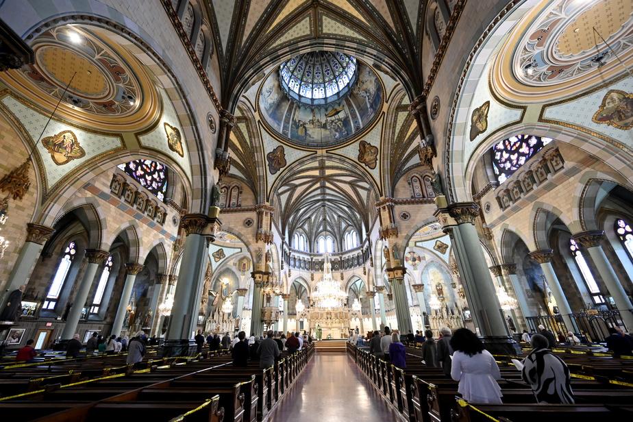 D'une capacité de plus de 1500personnes, l'église peut en ce moment en accueillir seulement 250. Seuls les membres d'une même famille peuvent partager le même banc.