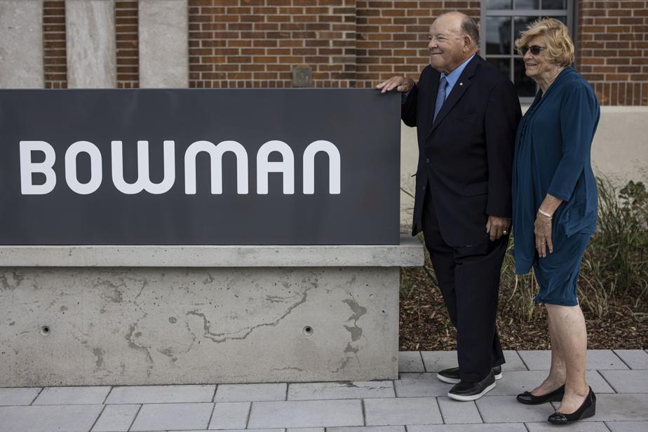 Scotty Bowman, en compagnie de sa femme, avec qui il a arpenté, plus tôt dans la journée, les rues du quartier où il a grandi au tournant des années1930.