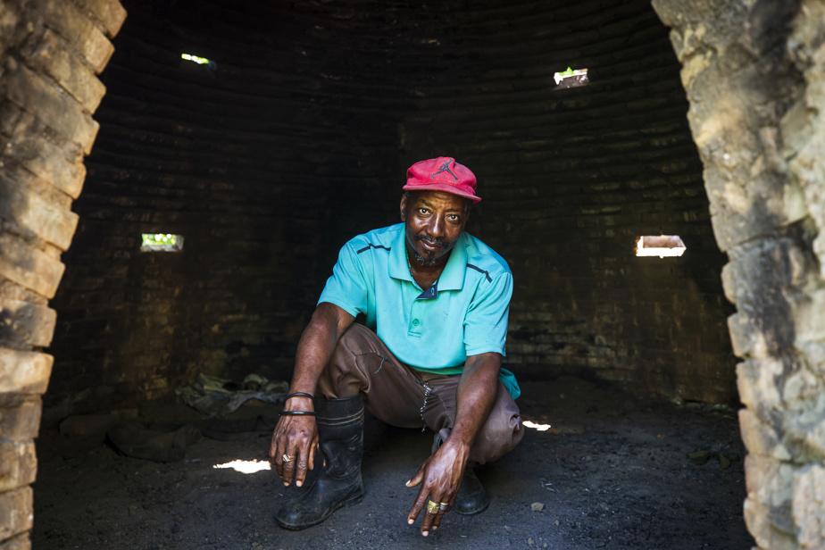 Une façon plus efficace, mais plus coûteuse de faire du charbon est d'utiliser un four en briques. Abner Forvil, qui bénéficie du programme de reboisement KLIMA, est également le président du comité de carbonisation d'Acul Samedi. Ce sont les membres du comité qui s'occupent de carboniser le bois que les paysans du coin coupent sur leurs parcelles, puisque ce sont eux qui détiennent l'expertise pour faire fonctionner le four.