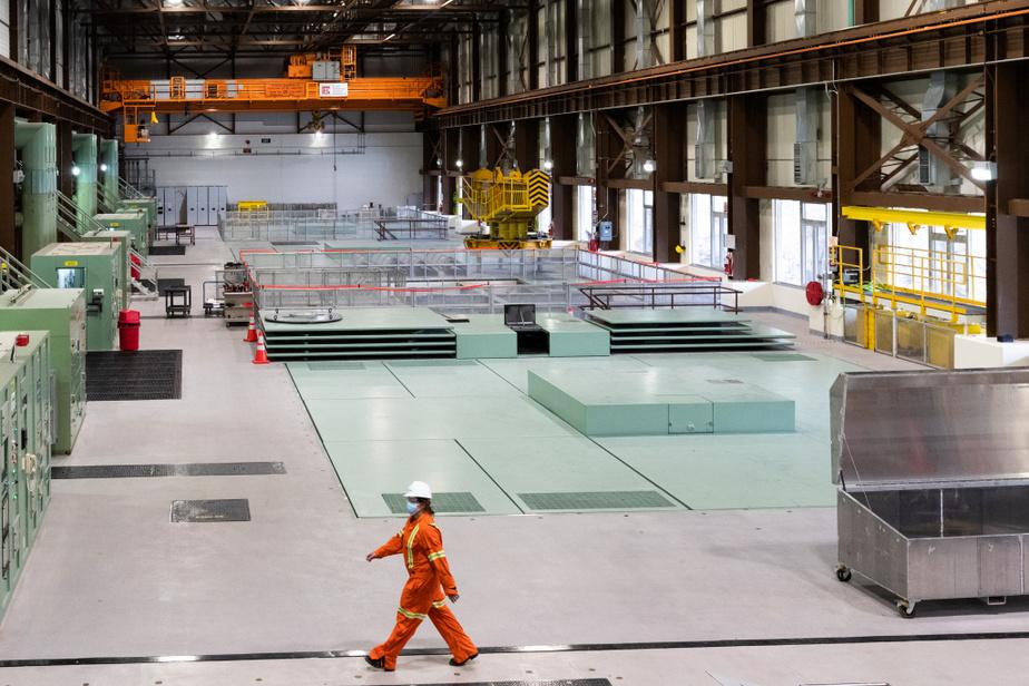 Les travaux sont exécutés par quatre électriciens d'Hydro-Québec qui travaillent 50heures par semaine pendant sixsemaines.