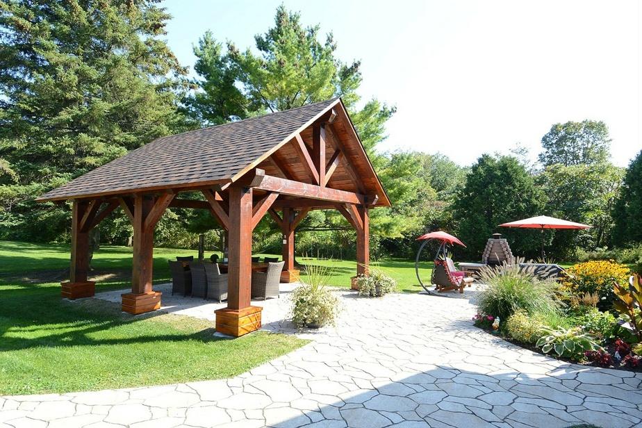 La terrasse dispose d'un abri permanent, en bois évidemment, et d'un grand foyer. Les propriétaires ont aussi fait faire tout l'aménagement paysager.