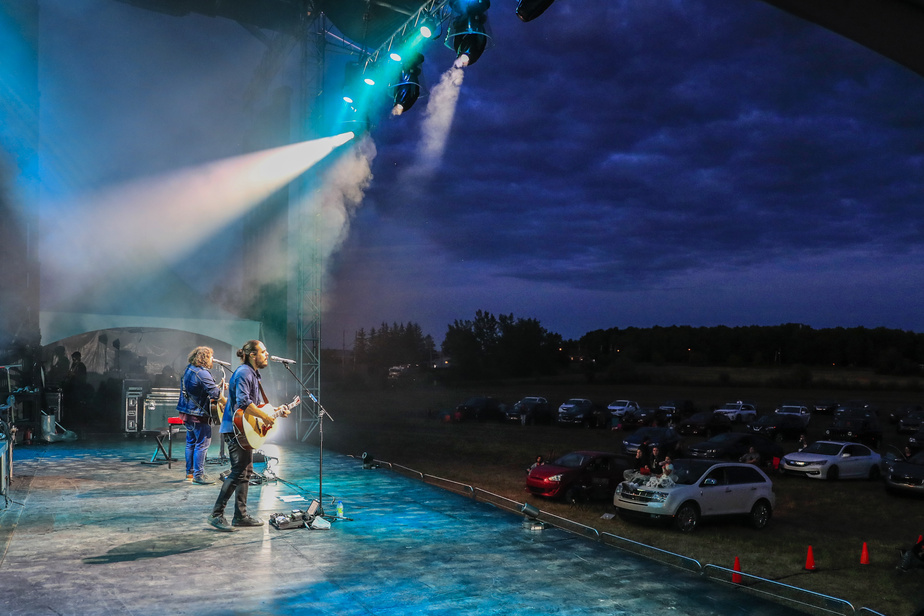 2Frères s'est produit à l'ancien ciné-parc de Châteauguay, à Mercier, le 23juin, dans le cadre de la série de concerts Musiparc.