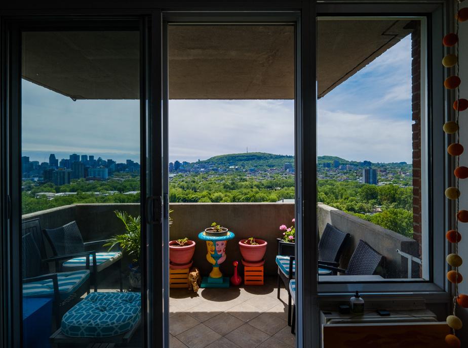 Ghislaine Guérard demeure sur l'avenue Papineau, tout près du parc La Fontaine. Son balcon lui permet aussi d'admirer le centre-ville et le mont Royal. «Quel plaisir d'avoir cette vue sur notre belle ville! C'est un enchantement perpétuel», dit-elle.