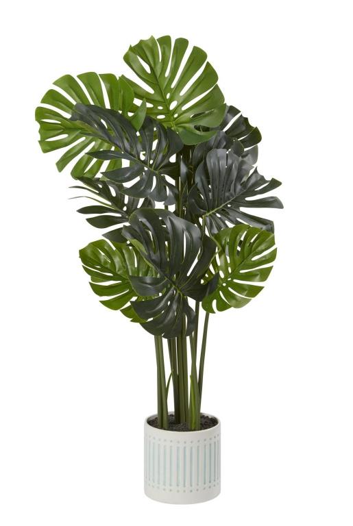 De faux palmiers et monsteras aux feuilles allongées, qui peuvent atteindre de 4 à 6pide hauteur, aident à délimiter certains espaces, tout en leur donnant un petit air tropical, souligne LibbyStunt, experte en décoration chez HomeSense. À partir de 60$.