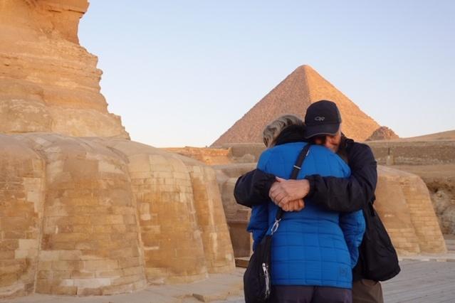 Au pied du Sphinx Le 5mars dernier, Johanne Belley et Serges Chiasson étaient au pied du Sphinx, en Égypte, pour admirer le lever du soleil. «Ce voyage en Égypte devait avoir lieu en novembre2019, mais un accident nous avait empêchés de le faire, explique MmeBelley. On devait le reporter en novembre2020,mais à la dernière minute, on a décidé d'y aller en février et mars.»