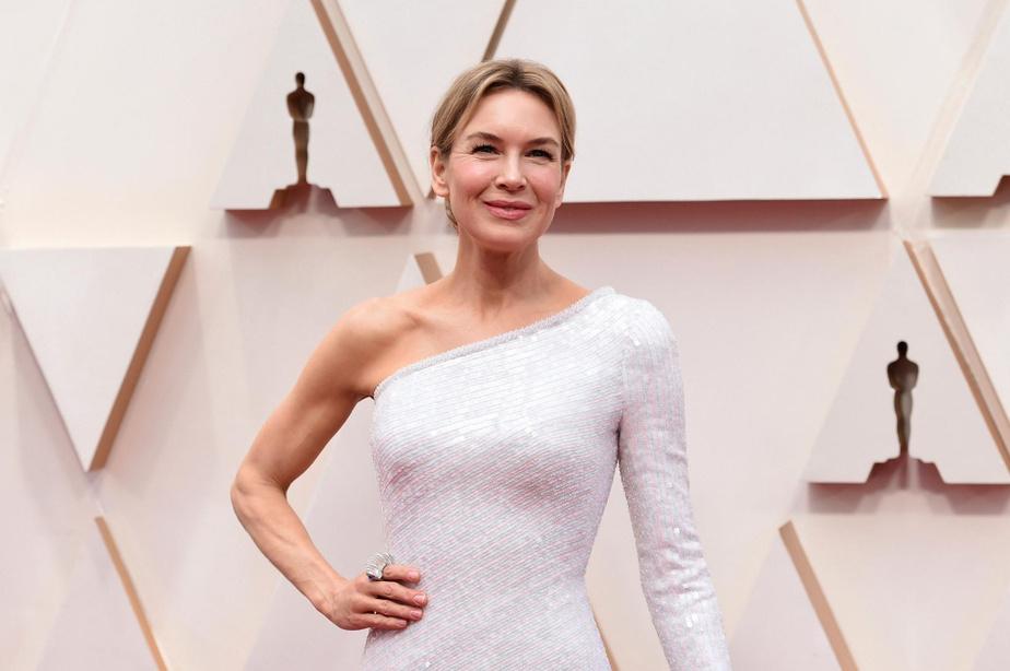 Partie grande favorite pour l'Oscar de la meilleure actrice, Renée Zellweger a opté pour une tenue assez classique, mais fort élégante, avec cette robe blanche en soie asymétrique dévoilant une épaule, subtilement ornée de paillettes et de perles rose et bleupâle.