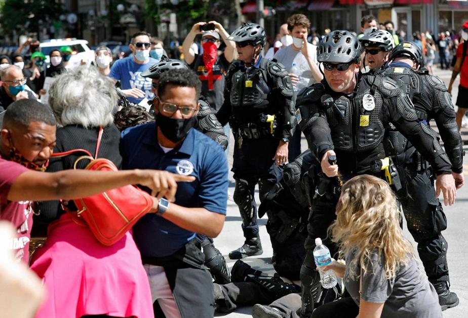 Columbus Des policiers ont aspergé des manifestants de gaz poivré.