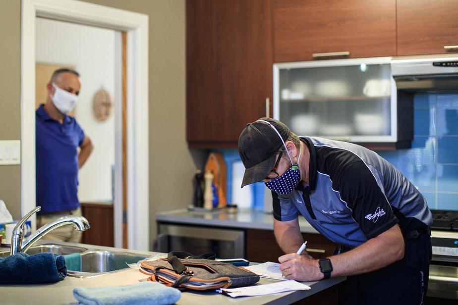 Les clients profitent parfois du passage du technicien pour faire réparer plus d'un appareil. Ici, Yan Candie a réparé la cuisinière au gaz récemment et il revient pour changer les courroies de ce lave-vaisselle, dont la porte était devenue lourde.