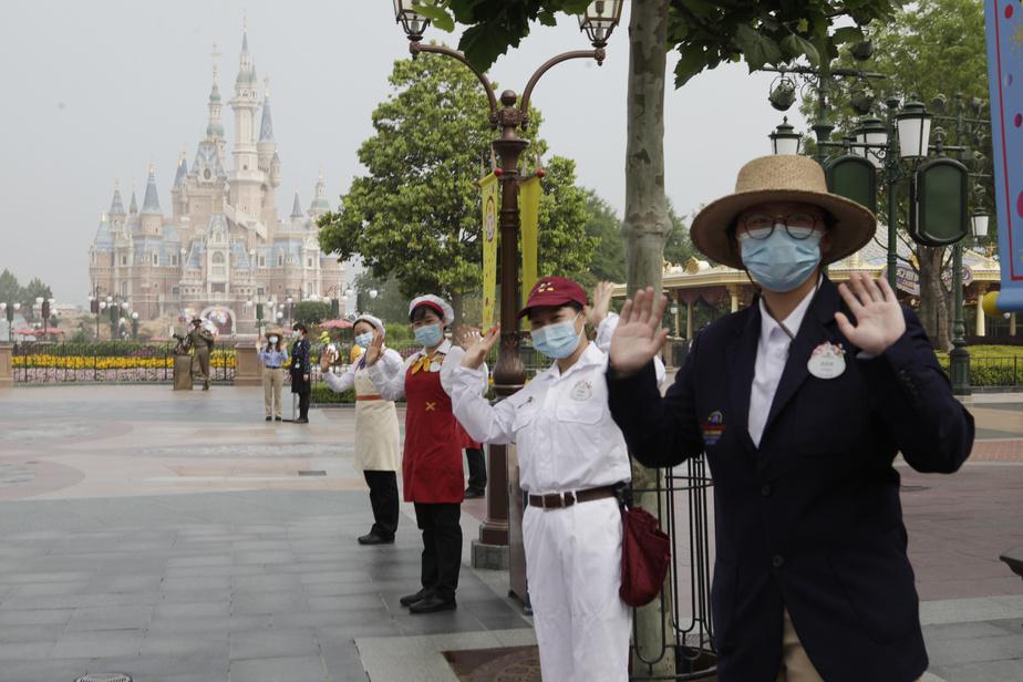 Masqué, ganté, le personnel du parc accueille les visiteurs à l'entrée du parc, le 11mai.