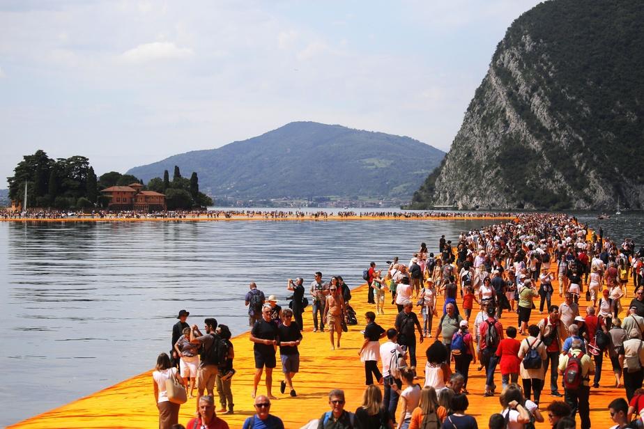 L'installation The Floating Piers, en Italie sur le lac d'Iseo en Italie, en 2016