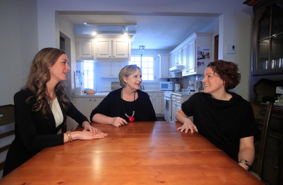 Sans la sensibilité et la générosité de Sophie Boyer (à gauche) et Élise Boyer (à droite), Diane Lyonnais (au centre) ne croit pas qu'une entente aurait pu être conclue. Les trois femmes sont assises autour de la table où elles ont négocié la vente de la maison.
