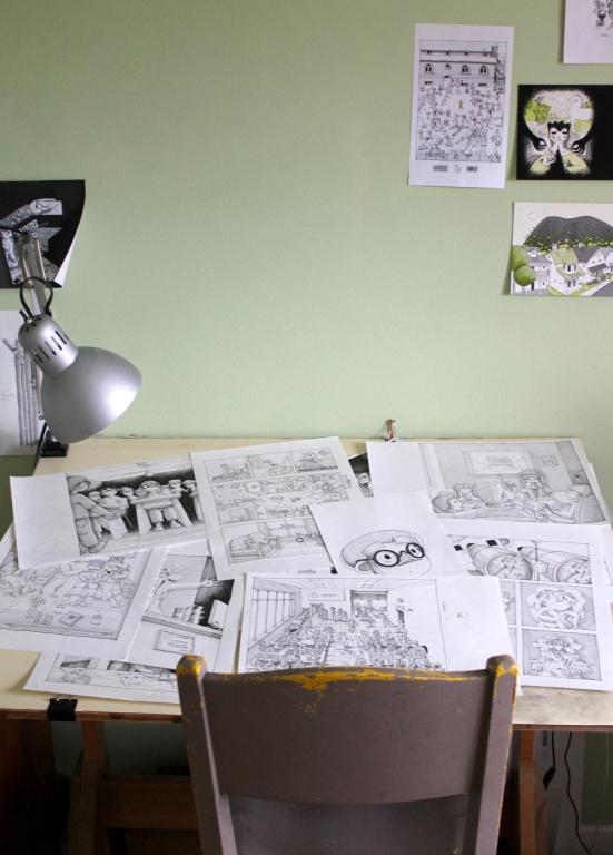 La table à dessin où travaille Camille Pomerlo. «L'Enfant allergique aux écrans, on a voulu le faire en noir et blanc, indique-t-elle. J'aime ça, ça donne un petit côté rétro.»