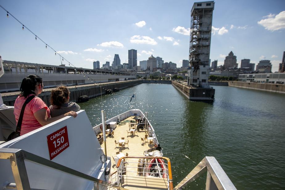 Le bateau revient au port, offrant aux passagers un dernier point de vue sur le centre-ville.