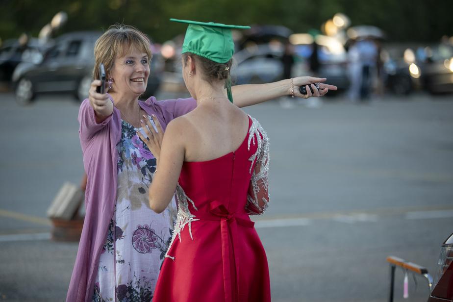 Les familles ont accompagné les finissants à cette soirée toute spéciale. Olga Nossova a étreint sa fille Viktoriya, qui avait revêtu pour l'occasion une jolie robe rouge. «C'est difficile de réaliser que le temps de l'école est terminé, a dit Olga, qui se souvient du premier jour de secondaire de sa fille comme si c'était hier. Je me retiens de pleurer.»