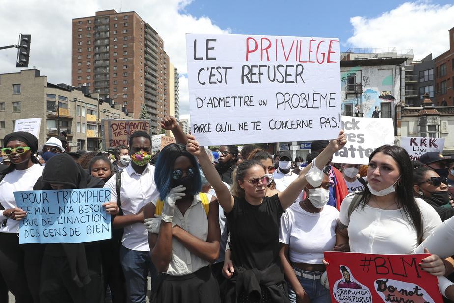 de nombreux manifestant défilaient avec des pancartes contre le racisme ou la brutalité policière.