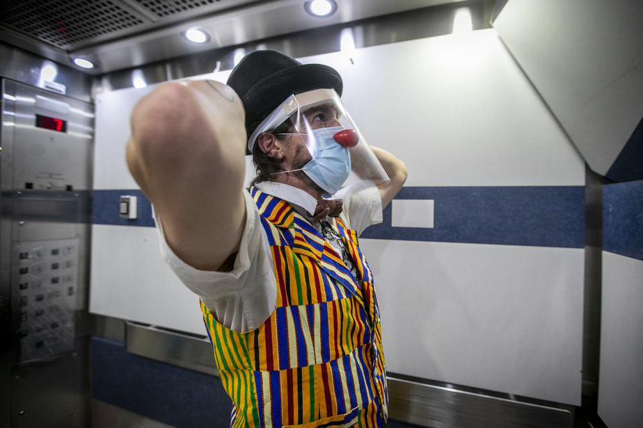 Le clown passe d'un étage à l'autre en empruntant l'ascenseur.