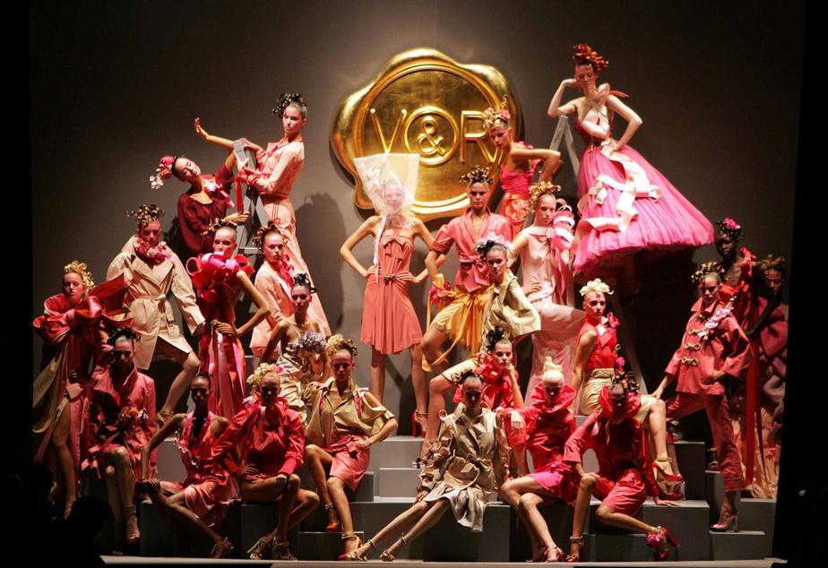 En 2004, la présentation de la collection de prêt-à-porter printemps-été2005 est l'occasion de lancer la nouveau parfum Flowerbomb.