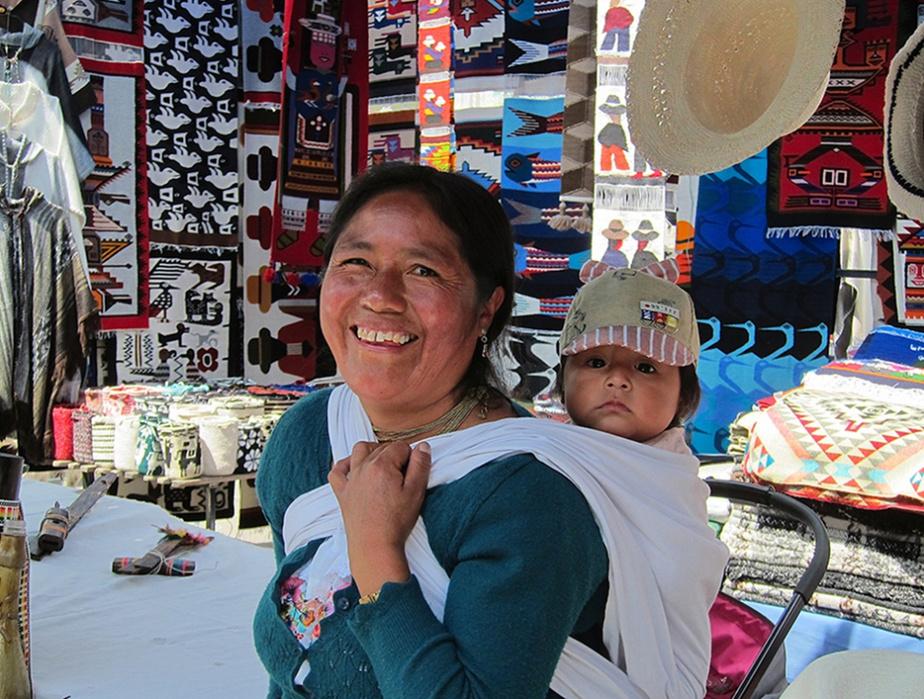 Une vendeuse de chapeaux (et sa fille) croquée à Otavalo, sur la Plaza de los Ponchos