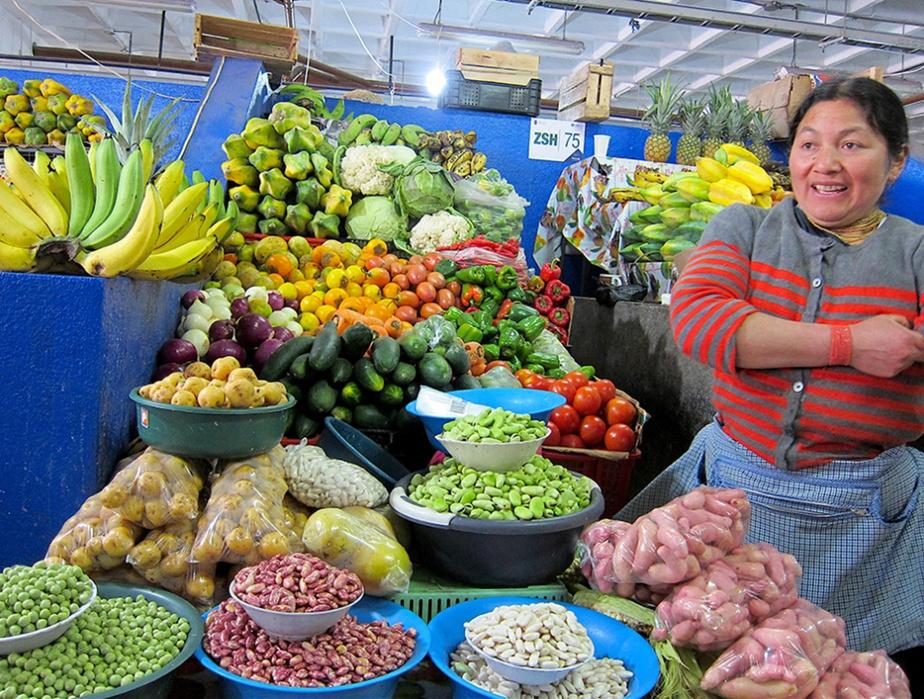 Au marché aux légumes d'Otavalo, les étals débordent de fruits et de légumes de toutes les couleurs.